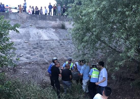 杨村发生一起三方交通事故,救助场景让人感动...
