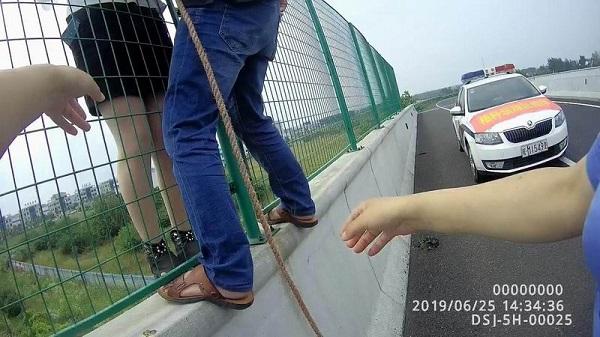 視頻:命懸一線,女子爬上天長一高架橋自殺
