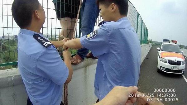 視頻:命懸一線,女子爬上天長一高架橋自殺 作者: 來源:生活567