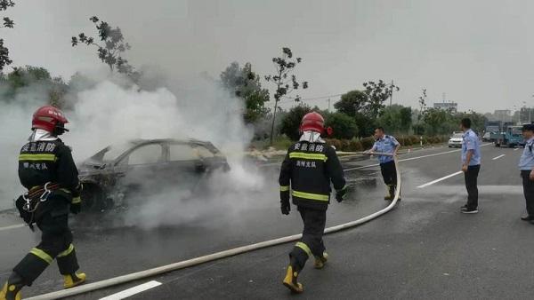 仁和:名牌轿车在路上突然起火,被烧成空壳【视频】 作者: 来源:生活567