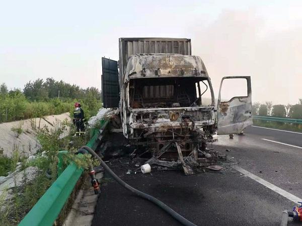 一大货车在高速起火烧成空壳,天长消防出动...