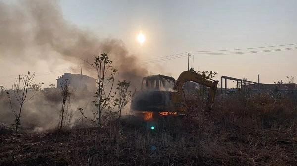 濃煙滾滾,銅城一制藥廠內挖掘機失火