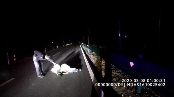 危險:深更半夜,銅城一女子栽倒在公路上